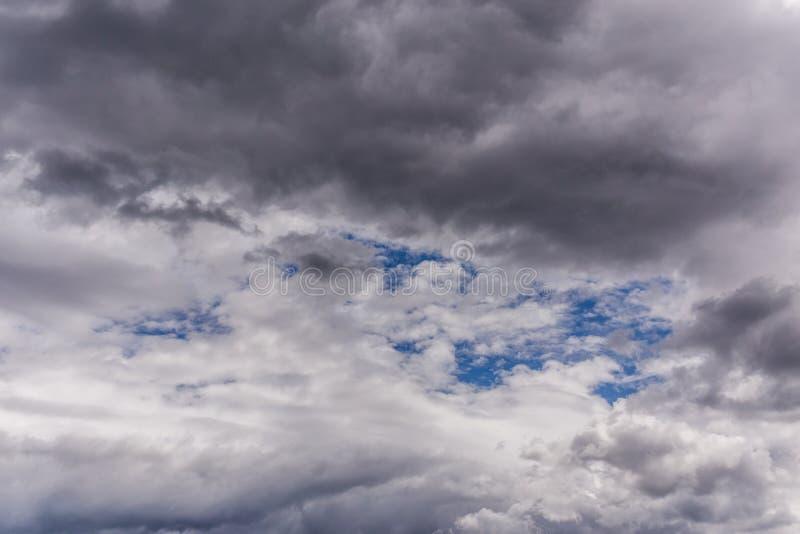 Cinza entrante perto das nuvens de tempestade no contexto da luz do dia foto de stock