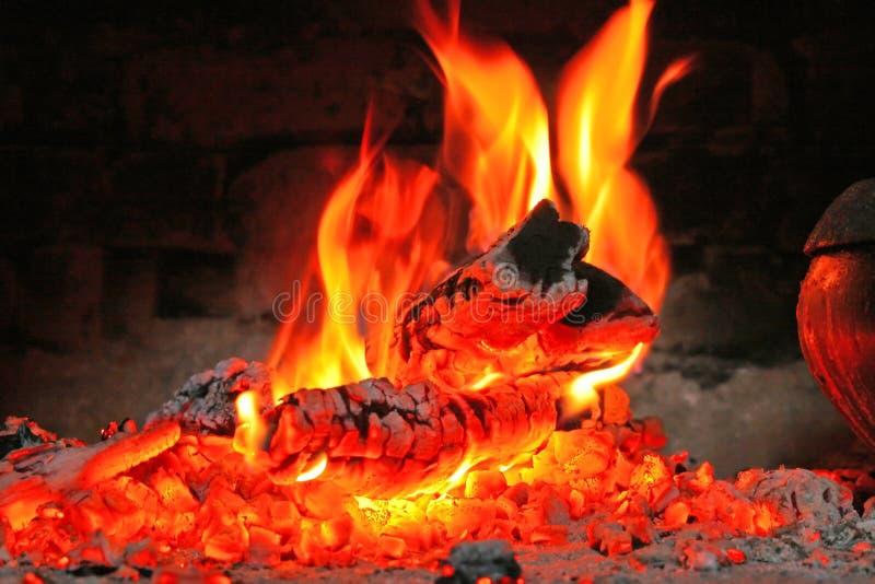 Cinzas ardentes foto de stock