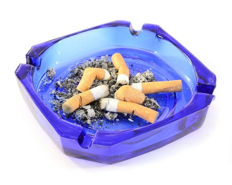 Cinzeiro com pontas de cigarro foto de stock