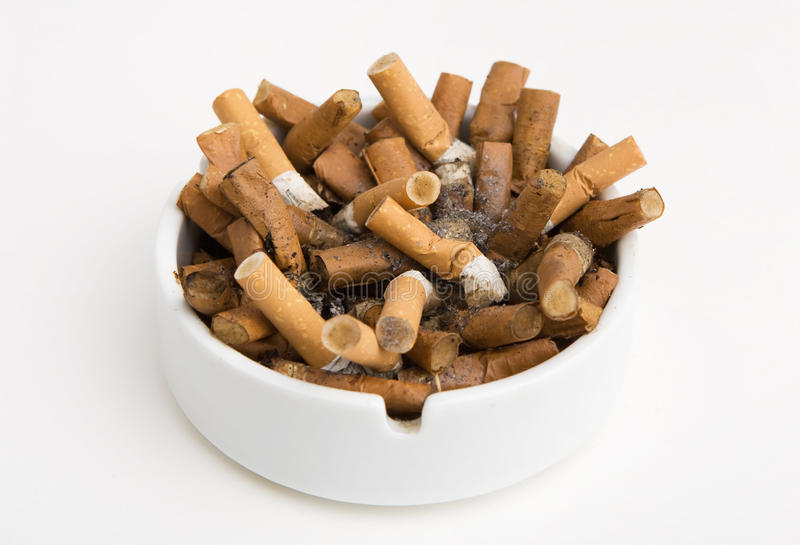 Cinzeiro completamente dos cigarros fotografia de stock royalty free