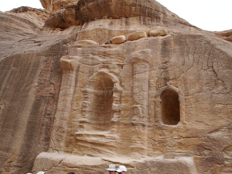 Cinzelado na caverna antiga da montanha nas montanhas de Petra Jordan fotografia de stock