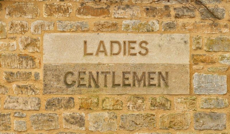Cinzelado nas senhoras e senhores deputados de pedra assine no Cotswolds fotografia de stock royalty free