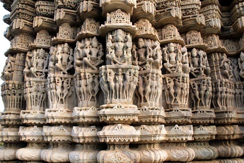 Cinzeladura bonita no templo de Sun em Ranakpur fotos de stock royalty free