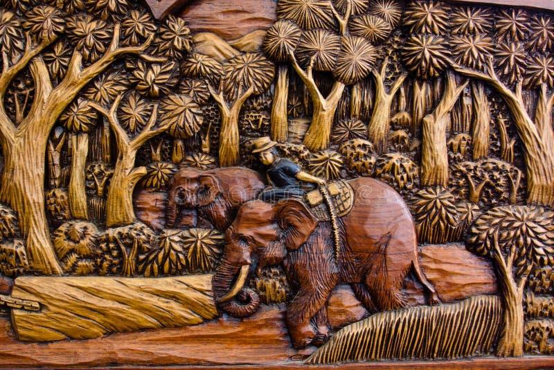 Cinzeladura de madeira do elefante de trabalho foto de stock royalty free