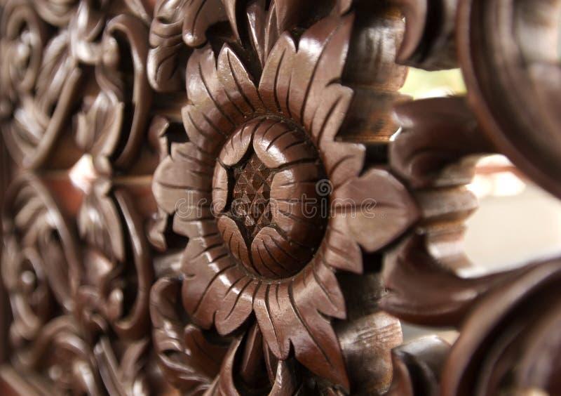 Cinzeladura de madeira do teste padrão de flor. fotografia de stock