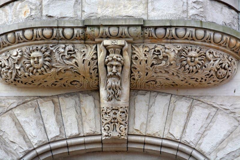 Cinzeladura de pedra acima da entrada foto de stock royalty free