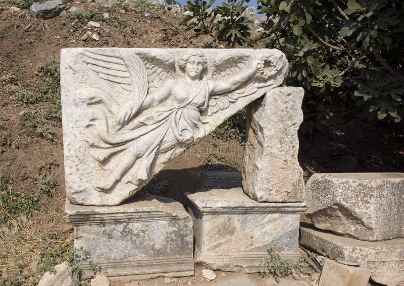 Cinzeladura de pedra da deusa Nike, nas ruínas da cidade antiga de Ephesus imagem de stock