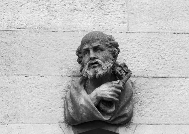 Cinzeladura de pedra do St. Peter fotos de stock
