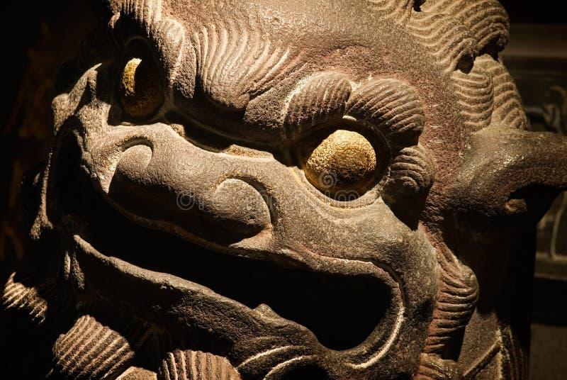 A cinzeladura de pedra isolada do templo chinês imagem de stock