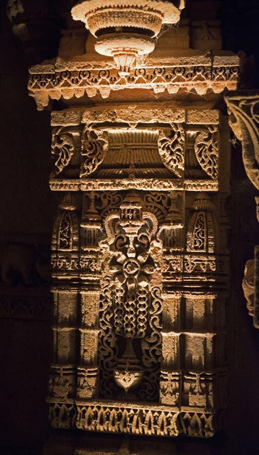 Cinzeladura de pedra na coluna no poço da etapa de Adalaj imagem de stock