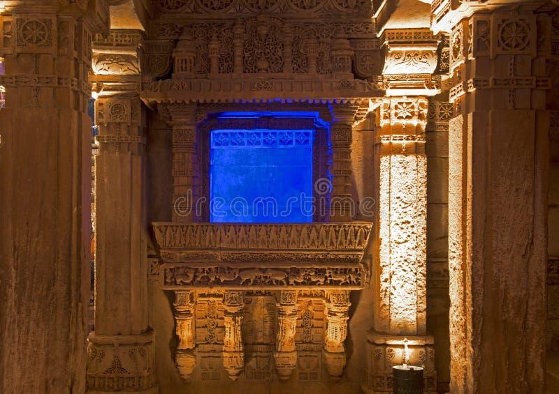 Cinzeladura de pedra no poço da etapa de Adalaj Ahmedabad, Gujarat imagem de stock royalty free