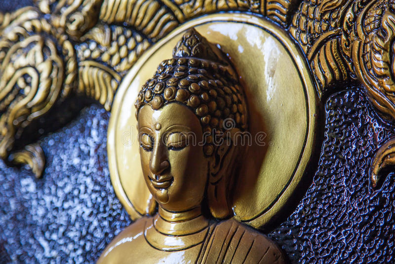 Cinzeladura dourada do senhor buddha da cara fotografia de stock