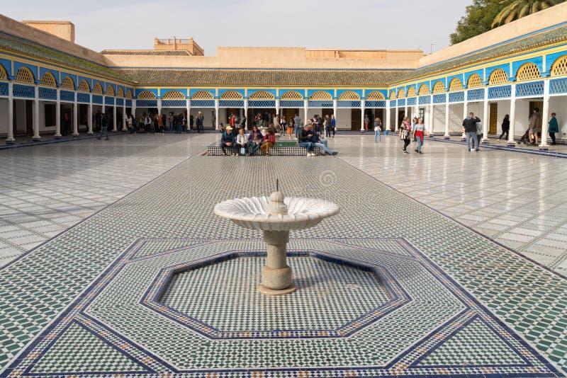 Cinzeladura excelente complexa bonita nas paredes brancas emplastradas de Bahia Palace na parte do sudeste do imagem de stock