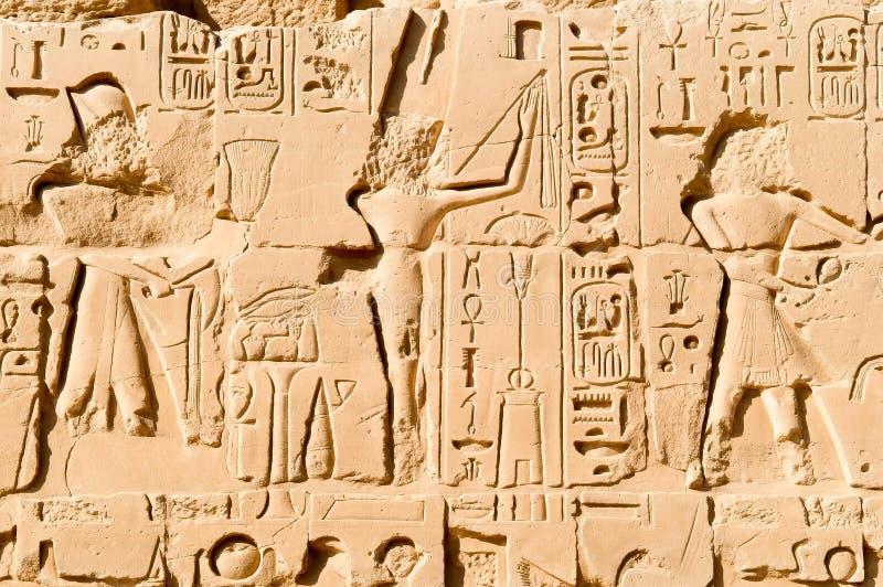 Cinzeladura no templo de Karnak imagem de stock