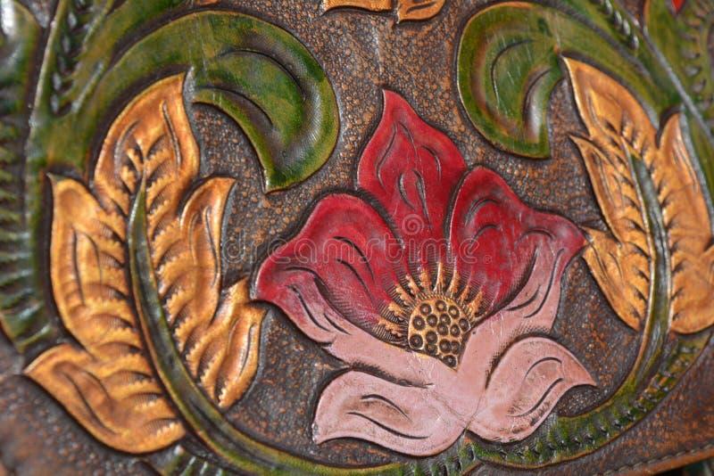 Cinzelando as flores de couro imagem de stock