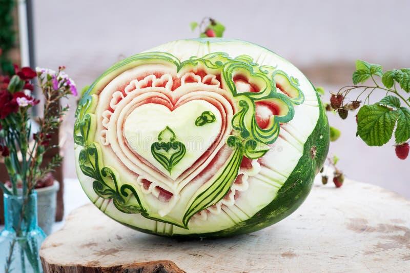 Cinzelando a melancia Fruto fresco da decoração Projeto fotografia de stock