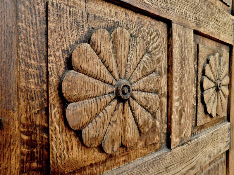 Cinzelando na porta da casa histórica, Pelhrimov, República Checa fotografia de stock