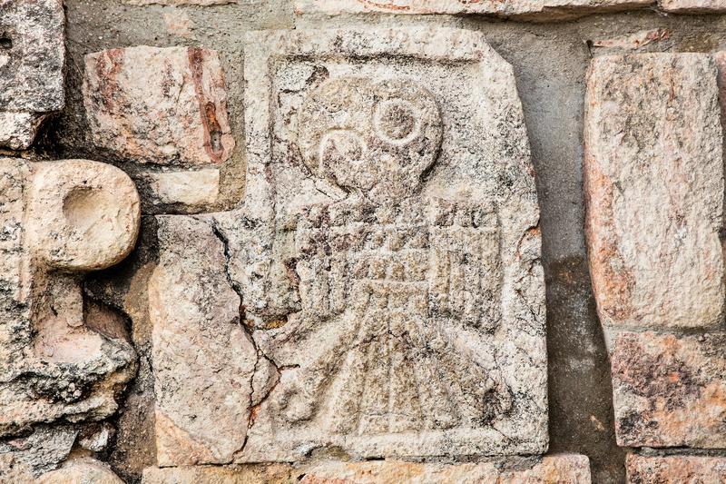 Cinzelando nas ruínas da cidade maia antiga Uxmal, México foto de stock