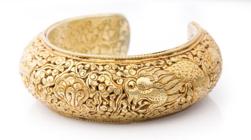 Cinzele a pulseira dourada imagens de stock