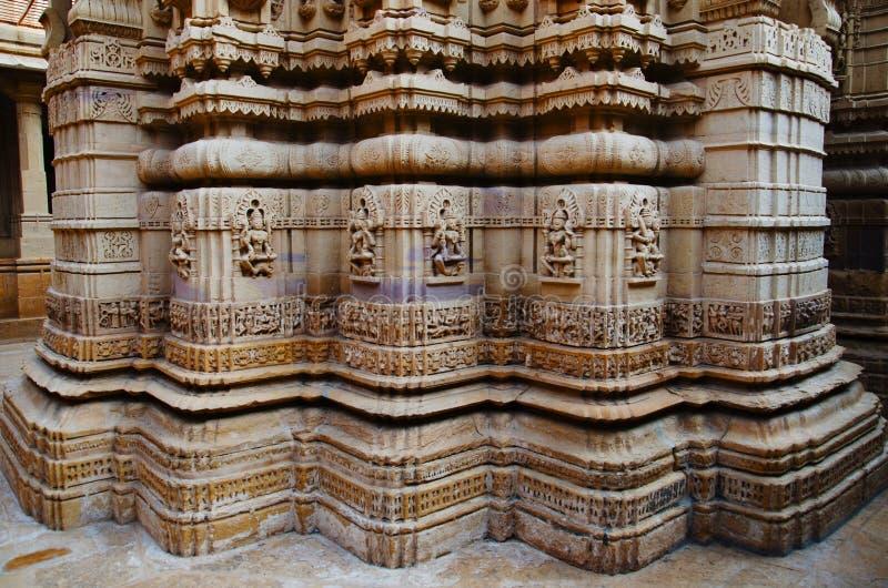 Cinzelou belamente ?dolos, templo Jain, situado no complexo do forte, Jaisalmer, Rajasthan, ?ndia imagem de stock