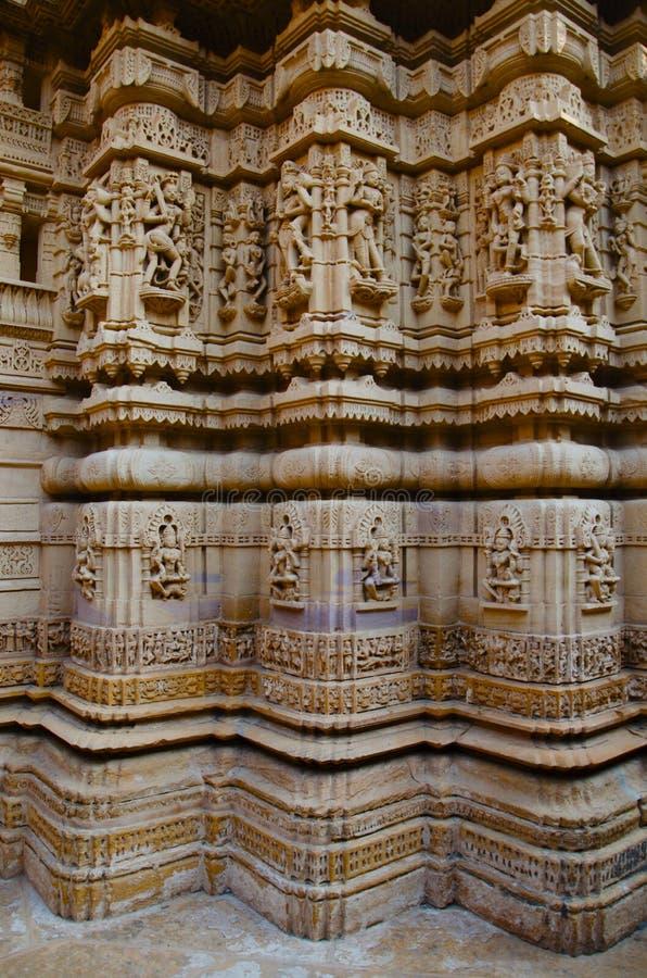 Cinzelou belamente ?dolos, templo Jain, situado no complexo do forte, Jaisalmer, Rajasthan, ?ndia imagens de stock