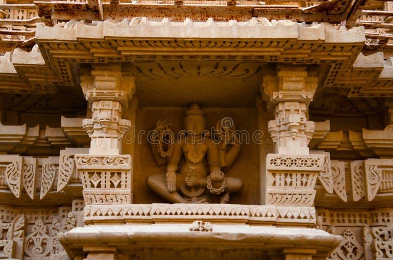 Cinzelou belamente ?dolos, templo Jain, situado no complexo do forte, Jaisalmer, Rajasthan, ?ndia foto de stock