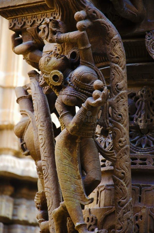 Cinzelou belamente ?dolos, templo Jain, situado no complexo do forte, Jaisalmer, Rajasthan, ?ndia fotografia de stock