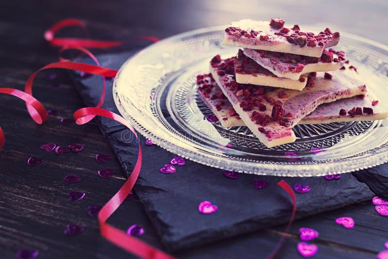 Cioccolata bianca con i lamponi secchi immagini stock libere da diritti