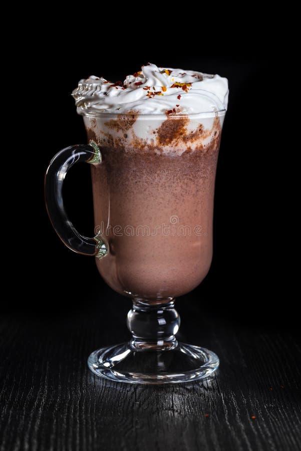Cioccolata calda con crema e peperoncino montati fotografie stock libere da diritti