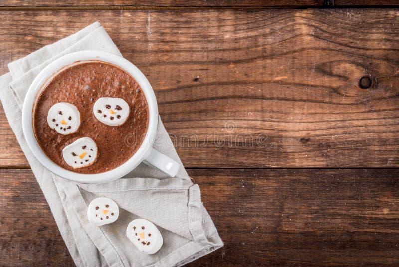 Cioccolata calda con i pupazzi di neve della caramella gommosa e molle fotografia stock