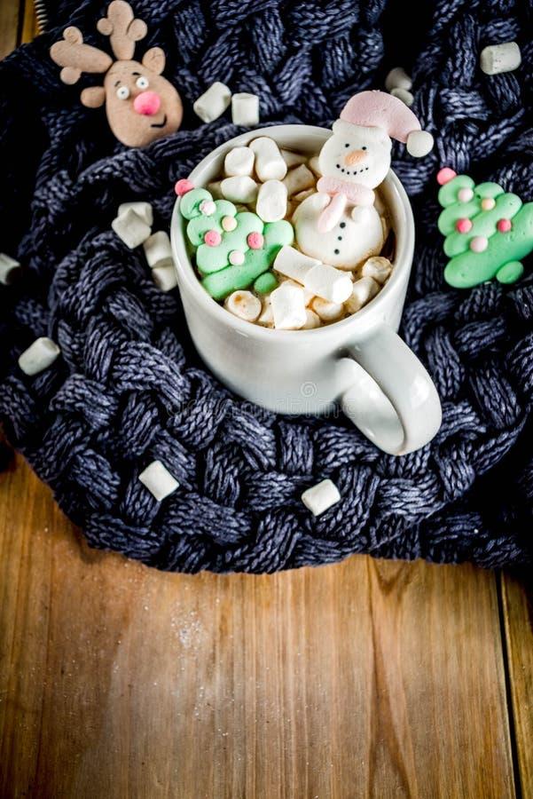 Cioccolata calda con la caramella gommosa e molle divertente immagini stock libere da diritti
