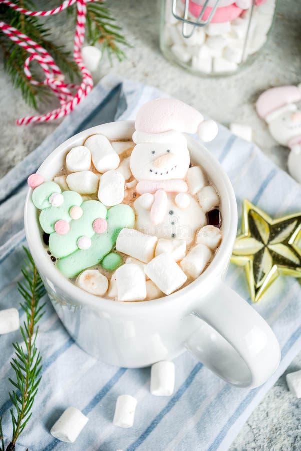 Cioccolata calda con la caramella gommosa e molle divertente fotografie stock