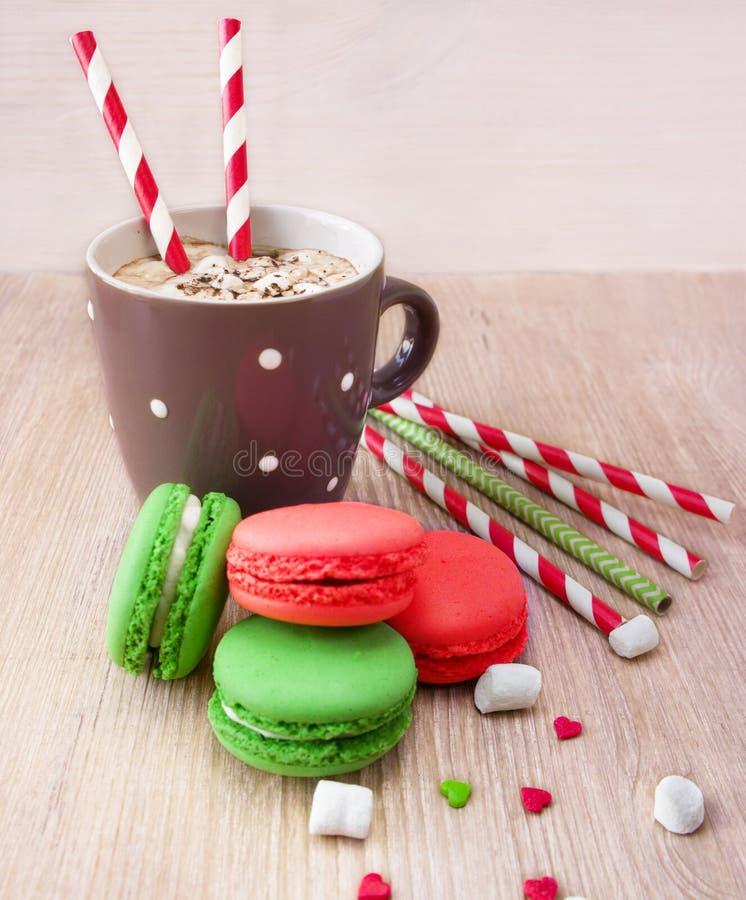 Cioccolata calda con la caramella gommosa e molle e macarons per il San Valentino immagine stock