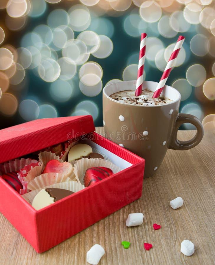 Cioccolata calda con la caramella gommosa e molle ed il cioccolato per il da del biglietto di S. Valentino immagini stock libere da diritti