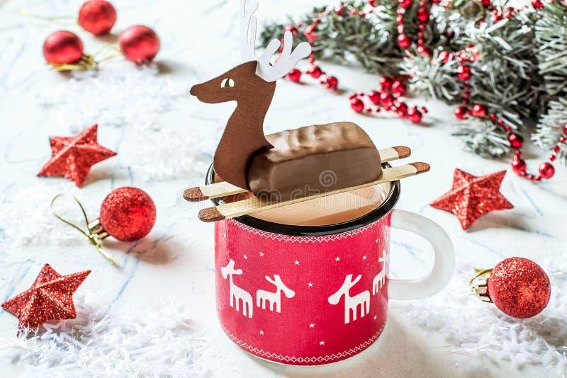 Cioccolata calda con le barre di cioccolato nella forma di cervi di Natale immagini stock libere da diritti