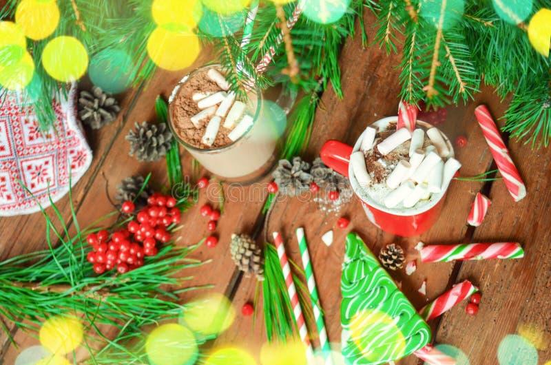 Cioccolata calda con panna montata su fondo festivo fotografie stock