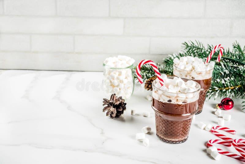 Cioccolata calda della menta piperita con la caramella gommosa e molle fotografia stock libera da diritti