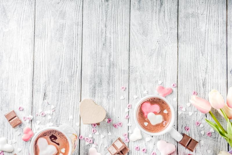 Cioccolata calda di giorno di biglietti di S. Valentino con i cuori della caramella gommosa e molle immagine stock libera da diritti