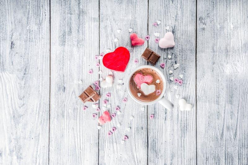 Cioccolata calda di giorno di biglietti di S. Valentino con i cuori della caramella gommosa e molle fotografia stock