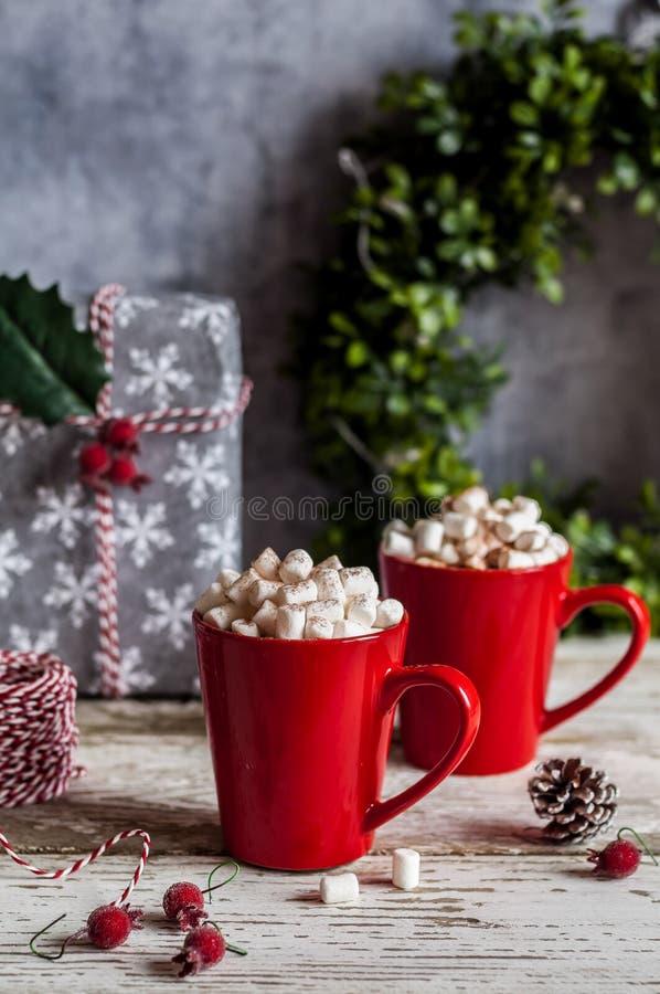 Cioccolata calda di Natale con le caramelle gommosa e molle fotografia stock