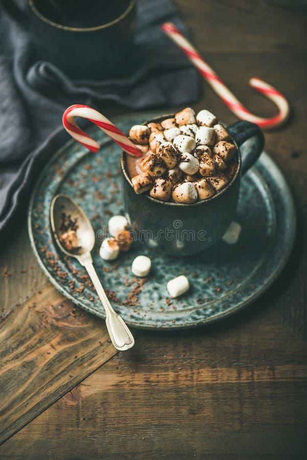 Cioccolata calda di Natale con le caramelle gommosa e molle ed il cacao, spazio della copia fotografie stock libere da diritti
