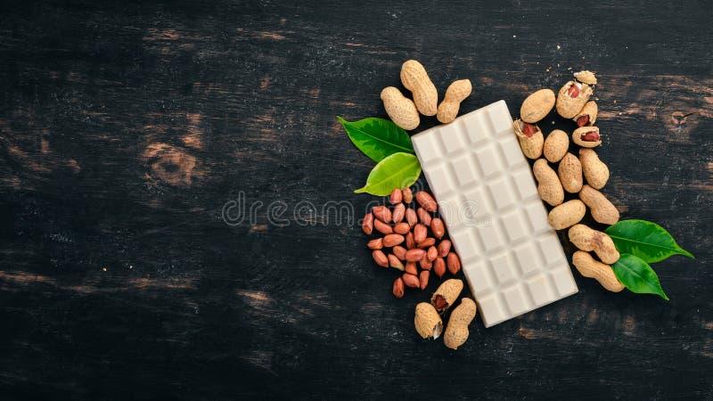 Cioccolato al latte bianco con i dadi dell'arachide immagini stock libere da diritti