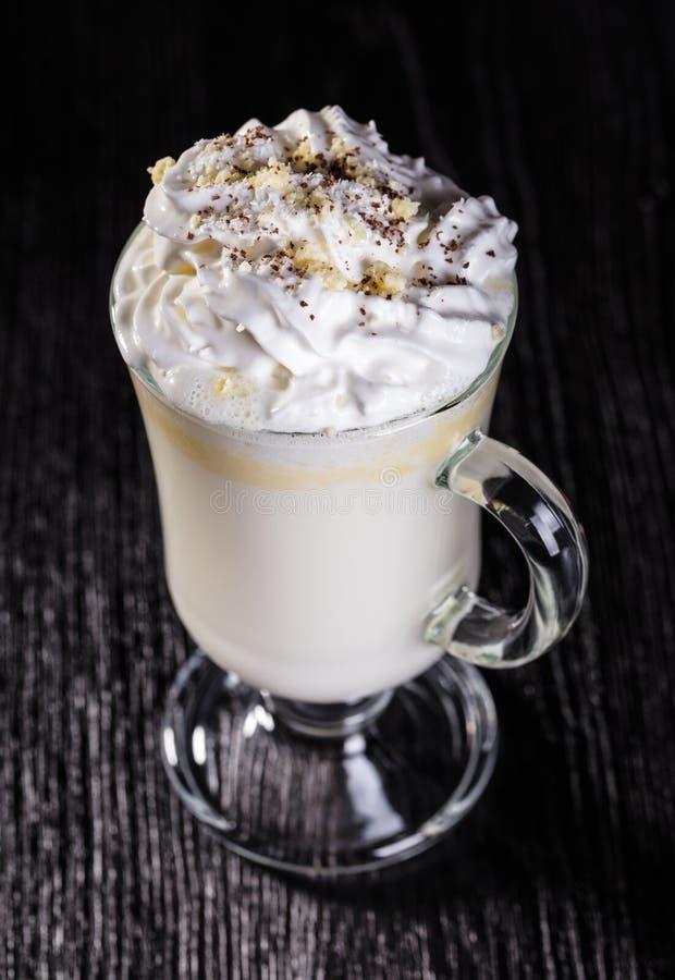 Cioccolato bianco caldo con panna montata immagini stock libere da diritti