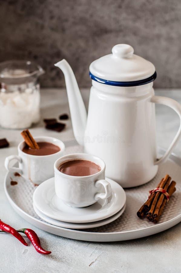Cioccolato caldo con il peperoncino rosso fotografie stock libere da diritti