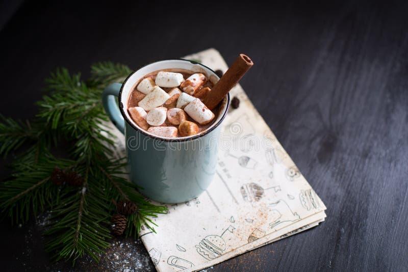 Cioccolato caldo con le caramelle gommosa e molle immagine stock