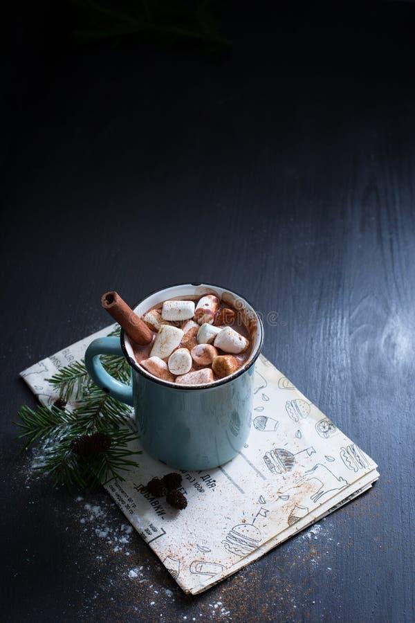 Cioccolato caldo con le caramelle gommosa e molle fotografia stock libera da diritti