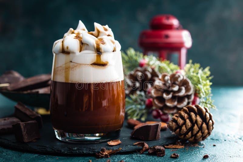 Cioccolato caldo con panna montata Bevanda del cioccolato e decorazioni di Natale fotografie stock libere da diritti