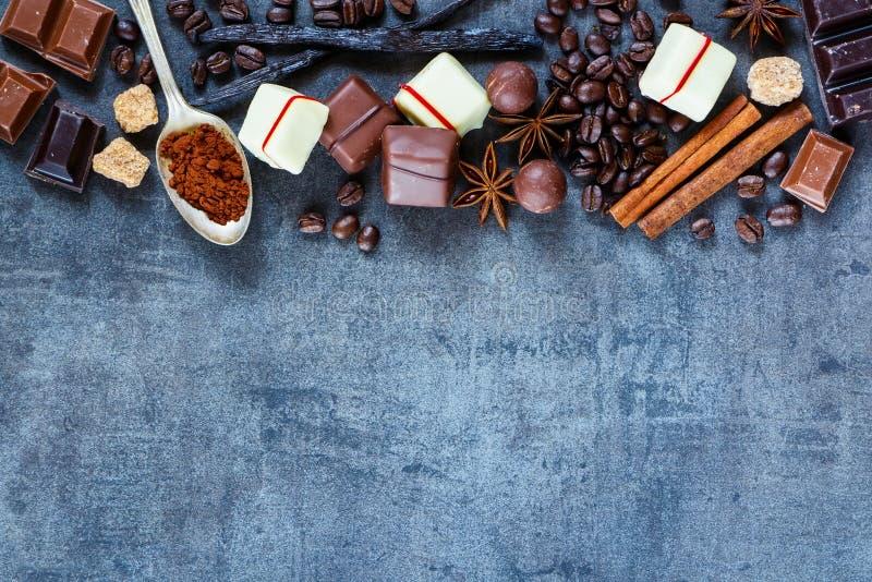 Cioccolato, chicchi di caffè e spezie immagine stock