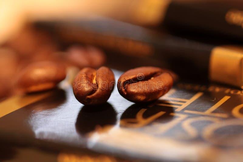 Cioccolato con i chicchi di caffè fotografia stock