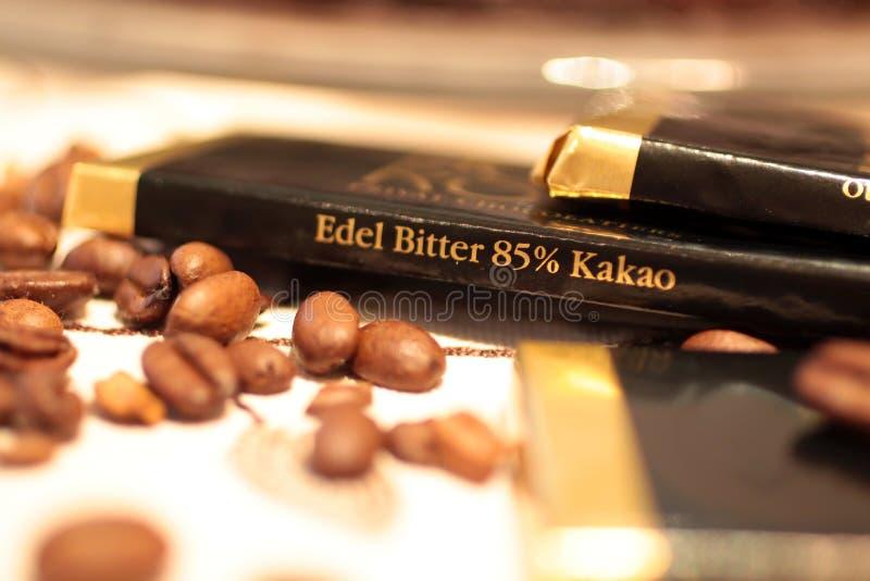 Cioccolato con i chicchi di caffè immagine stock